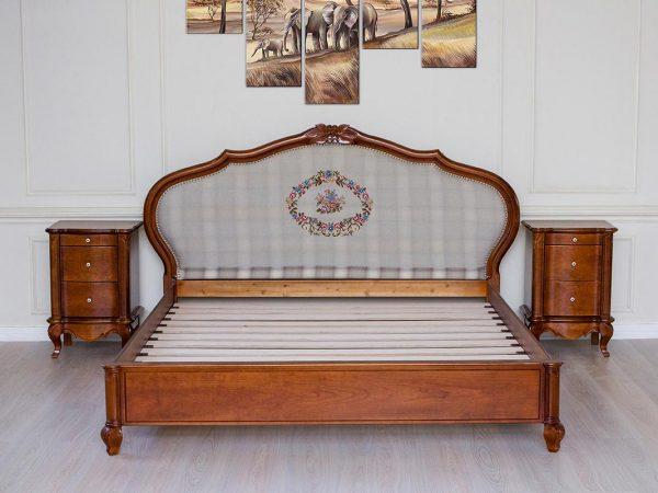 Кровать из массива вишни